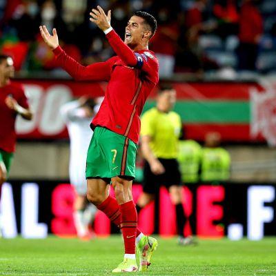 Christiano Ronaldo tuulettaa maalia Portugal-Irlanti -ottelussa jalkapallon MM-karsinnoissa.