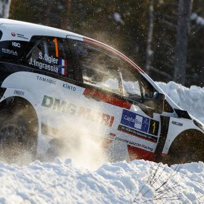 Sebastien Ogier kör i snöförhållanden.
