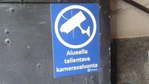En skylt som informerar att området har kameraövervakning.