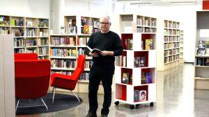 Asko Rossi, chef för bibliotekstjänster i Borgå, i Gammelbacka bibliotek.