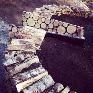 i cirkel radad björkved som stomme för nyckehålsträdgård