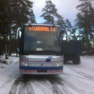 Företagare Johan Ampers buss med fotbollsklubben Liverpool FC:s namn.