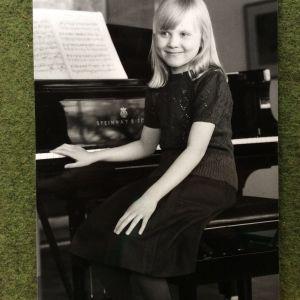 Laura-tyttö ja Steinway-flyygeli vuonna 1982 Espoon Haukilahdessa, pianotaiteilija Laura Mikkolan lapsuudenkodissa. Kuva: Sirkka Lassila
