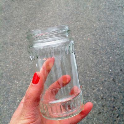 Glasburk i en hand.