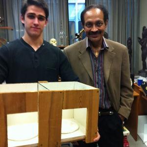 Vilayanur Ramachandran (kuvassa oikealla) on kehittänyt aaveraajojen poistamiseksi peililaatikon