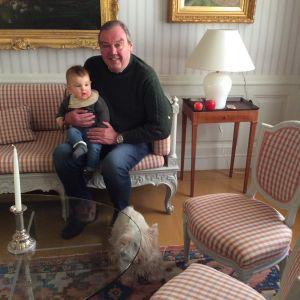 Hakoisten kartanon vanhempi isäntä Björn Rosenberg pojantyttärensä Alexandran ja Stella-koiran seurassa 2019 yhdessä kartanon salongeista. Kuva: Sini Sovijärvi