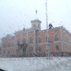 lovisa rådhus genom regnvåt vindruta 29.01.2015