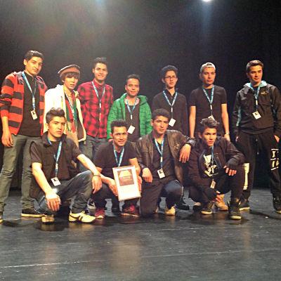 Unga asylsökande på teaterevenemang i Vasa.