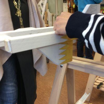 Här byggs styltor till försäljning