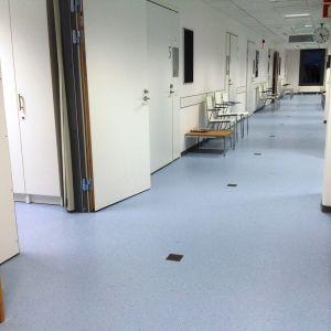 En tom korridor i Nickby hälsostation.