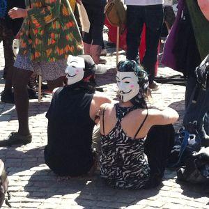 Två demonstranter i matchande ansiktsmasker.