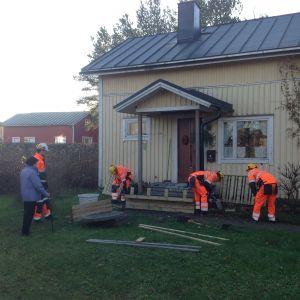 Studerande på yrkesskolan Optima bygger en ny trappa åt Lindis Kåll i Jakobstad.