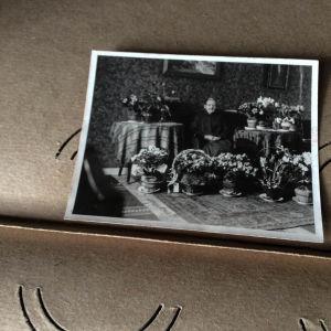 Fotoalbum i öde hus