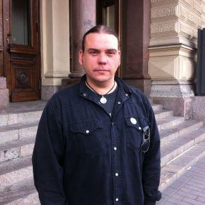 Konstnär Jan Jämsen utanför Ateneum