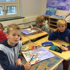 Metsäkylän koulun 5. luokka kuvistunnilla