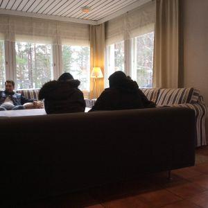Äldre damer sitter i soffan i hotell Mäntyniemi i Pyttis