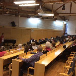 Publik under invånarmötet i Karis gällande Raseborgs social- och hälsovård i framtiden.