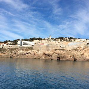 Sète'in satamakupungin rinteessä erottuu vanha hautausmaa ja moderni Georges Brassens -museo