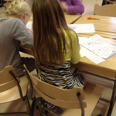 Barn som tecknar.