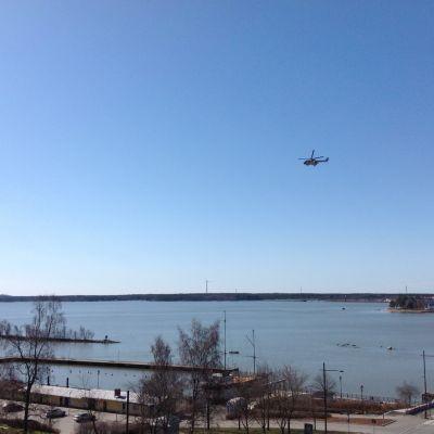 Helikopter flyger över Stadsfjärden.