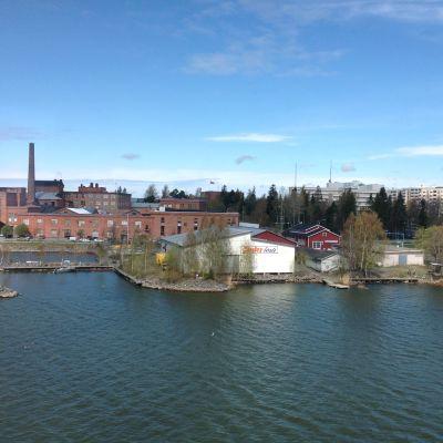 Vy över FM Boats och Vasa universitet från Vasa elektriskas nybygge