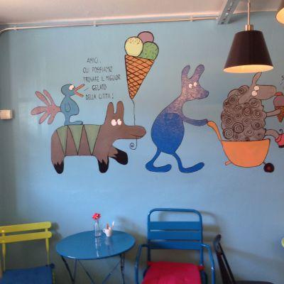 Väggmålning i serieteckningsstil med djur som äter glass.