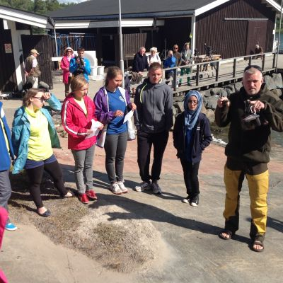 Äventyraren Pata Degerman berättar hur tävlingen går till där deltagarna ska hämta plankton.