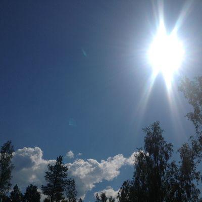 Sol på blå himmel