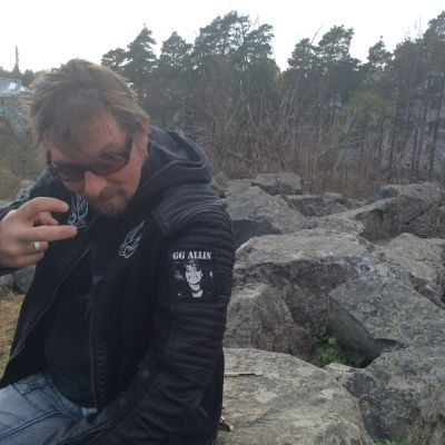 Ozzi Tapio vid Vuoritalos ruiner