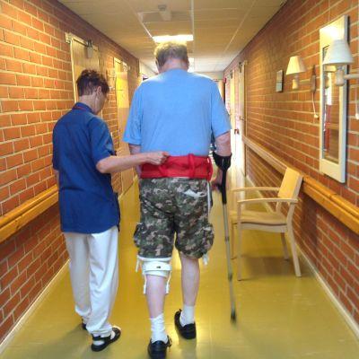 Fysioterapeut Kerstin Jerima promenerar med klient på Ebbo åldringshem