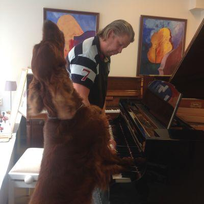 Hunden Elmo sjunger och spelar piano tillsammans med husse Heikki Joensuu