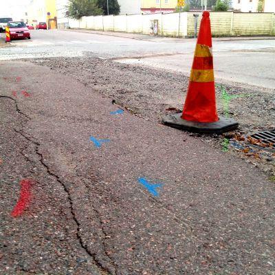 Märkningar i asfalten vid vägarbete