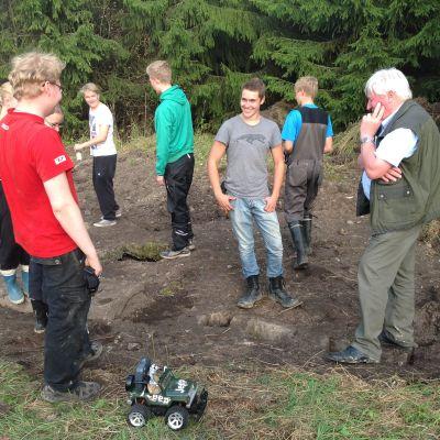 Ekenäs gymnasiums elever är med och gräver fram rysk bunker.