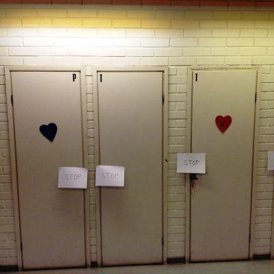 Avstängda toaletter i skola.