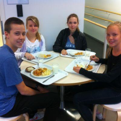 Elever på lunch i Åshöjdens grundskola