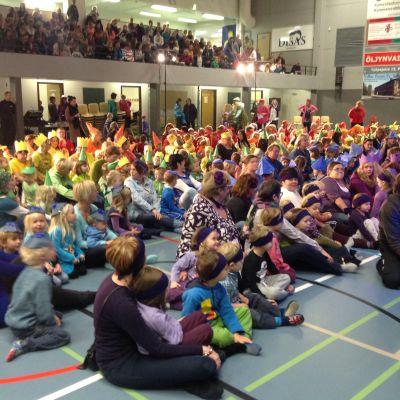 Dagisbarn sjunger i Lovisa.