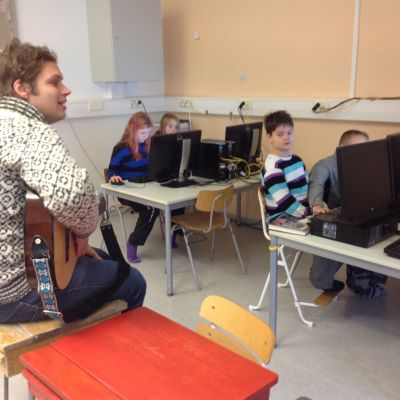 Läraren Arttu Launis i klass fem i Fiskarin koulu.