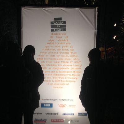 Konstnärerna Marcus Lerviks och Jimmy Pulli lyser upp Wolffska parken.