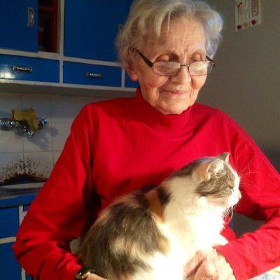 Asta Lassila med katten Missan