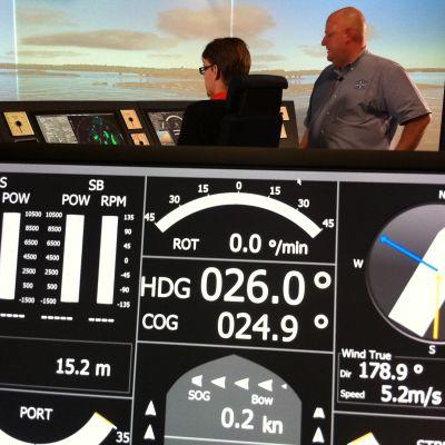 olle mattsson och tony karlsson använder en sjöfartssimulator