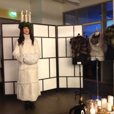 Iris Laitinen visar Luciapälsen 2014