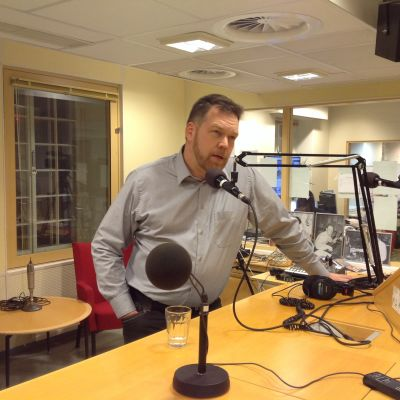 Stefan Holmström i studion i Borgå