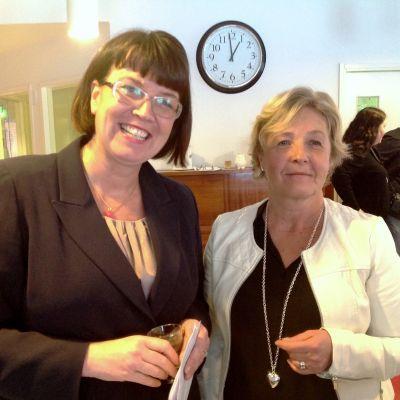 Alva Forsius-stiftelsens styrelseordförande Mikaela Nylander och chefen för social- och familjetjänster Maria Andersson
