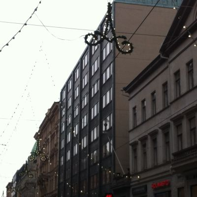 Led-ljusen brinner fortfarande på Alexandersgatan i Helsingfors.