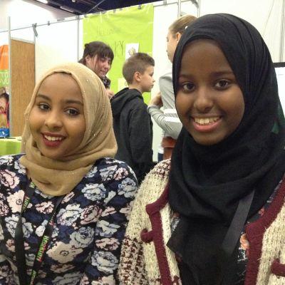 Sahra Mohamed, 15, och Amaal Ahmed-Nur, 17, deltog i evenemanget Reaktori för att locka ungdomar med till föreningen Kanava Nuoriso, som jobbar för att invandrarungdomar inte ska känna sig utanför samhället.