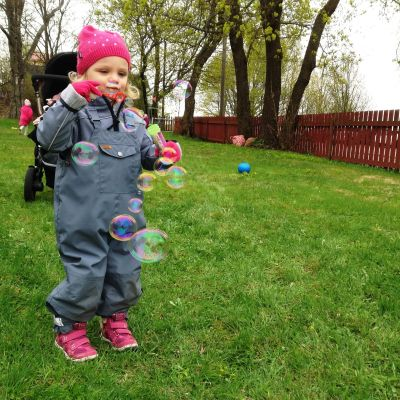 Barn blåser såpbubblor.