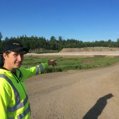 Alexander Wiik visar den kommande parkeringsplatsen.