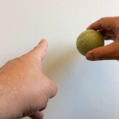 En tennisboll och en vägg. Balls to the wall.