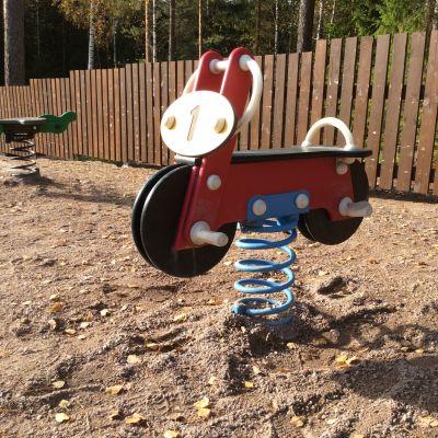 Leksaker i lekplats i Isnäs