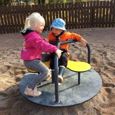 Barn åker karusell i lekparken i Isnäs
